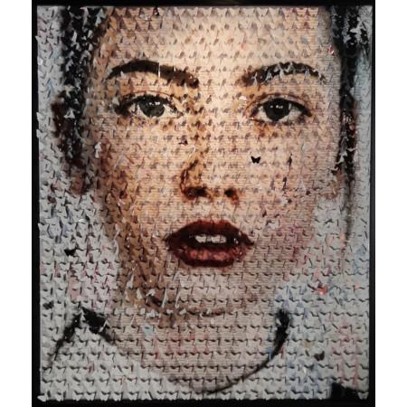 Tableau d'art contemporain cinétique et pop art figurant le portrait d'une jeune fille fait de papillons en relief 3D