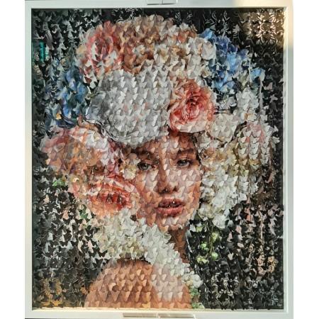 Tableau d'art contemporain cinétique et pop art en relief 3D figurant un portrait de femme à la couronne de fleurs en papillons.