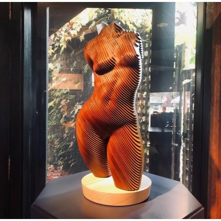 Rosie, vue de face de la sculpture en bois MDT d'un buste féminin en lamellé-collé par l'artiste sculpteur