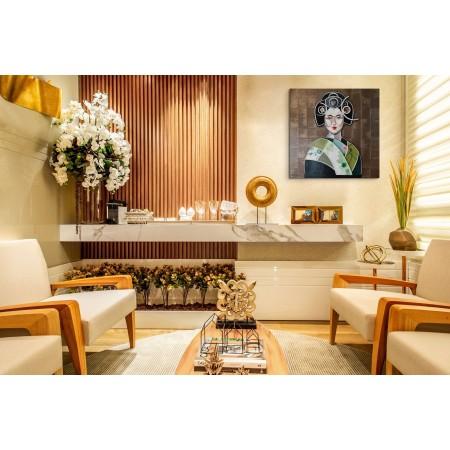 Intérieur présentant l'œuvre peinte mix-media en relief d'une geisha par l'artiste plasticien Abélardo